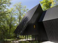Cette maison au toit triangulaire offre un réel design contemporain en pleine forêt