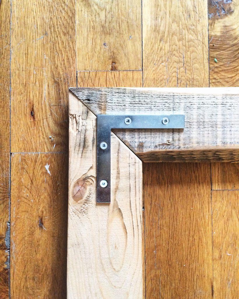 7 tapes pour transformer un vieux miroir avec des for Miroir bois de grange