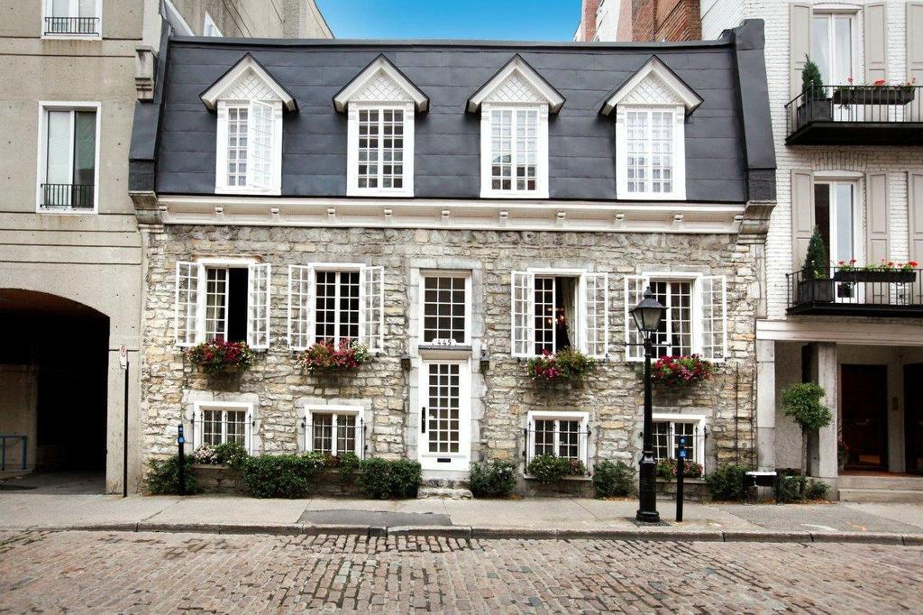 Rare bijou patrimonial la maison dumas datant de 1740 for Maison meubles montreal