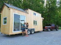 Ces Québécois se sont construit une mini-maison roulante pour partir sur les routes en famille