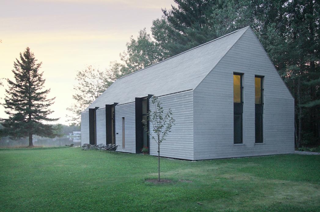 couper le souffle la maison de la firme yh2 sur le bord du lac en mauricie joli joli design. Black Bedroom Furniture Sets. Home Design Ideas