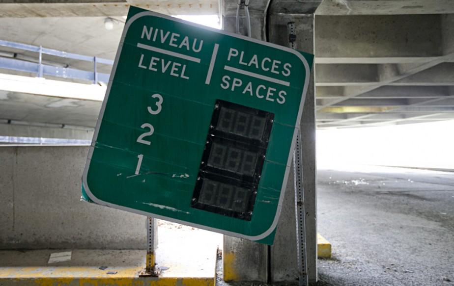 853064-tableau-indiquant-nombre-places-stationnement