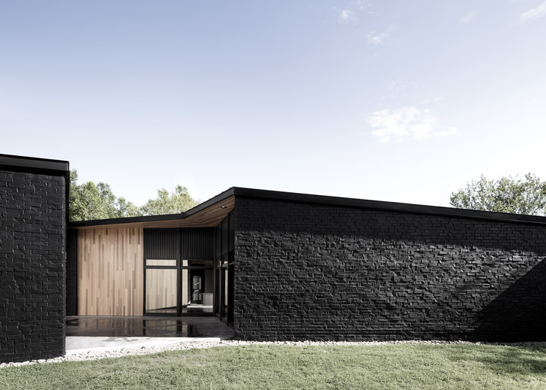 La maison cran de l 39 architecte qu b cois alain carle se Black brick homes
