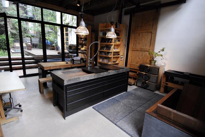 la maison atelier du moine urbain situ e sur le plateau mont royal utilise dans son design du. Black Bedroom Furniture Sets. Home Design Ideas