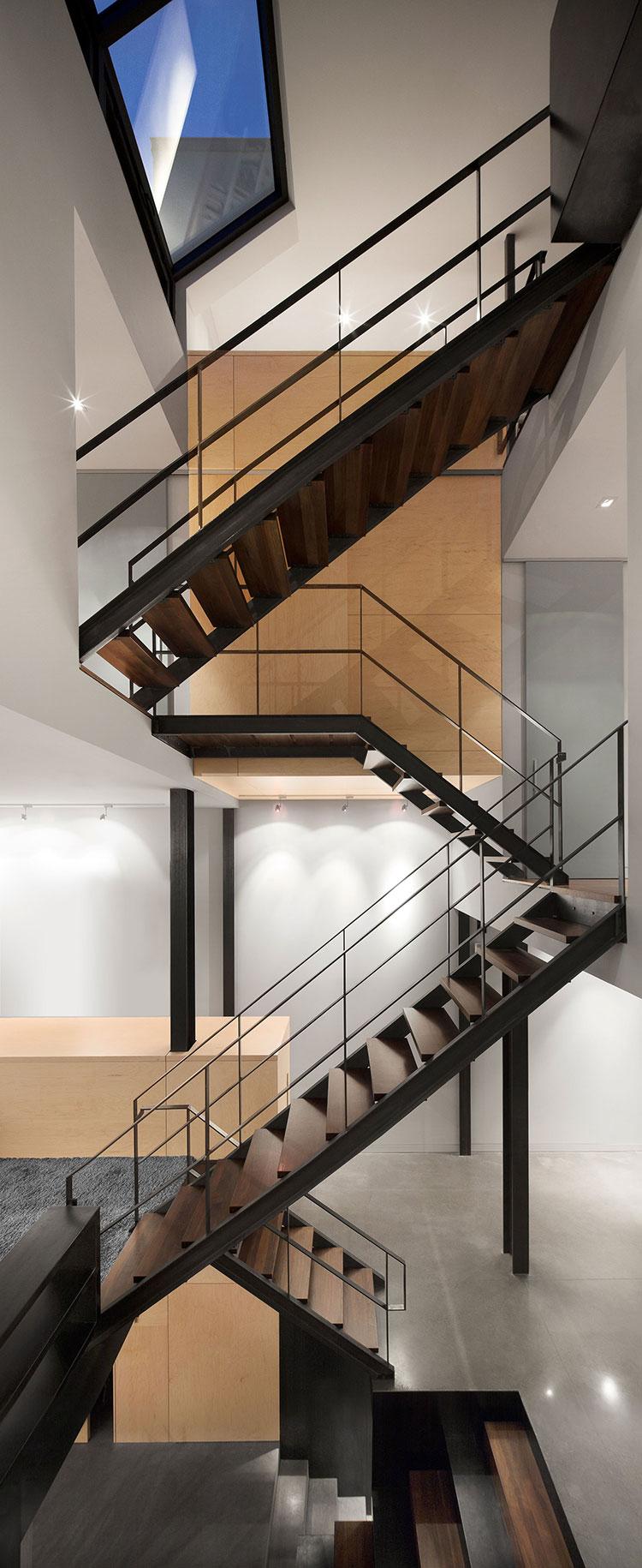 la maison e3 situ e pr s du march jean talon montr al est superbe avec son escalier central. Black Bedroom Furniture Sets. Home Design Ideas