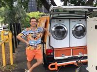 Brillante idée: Ils intègrent des machines à laver dans leur camionnette pour laver les vêtements d'itinérants gratuitement