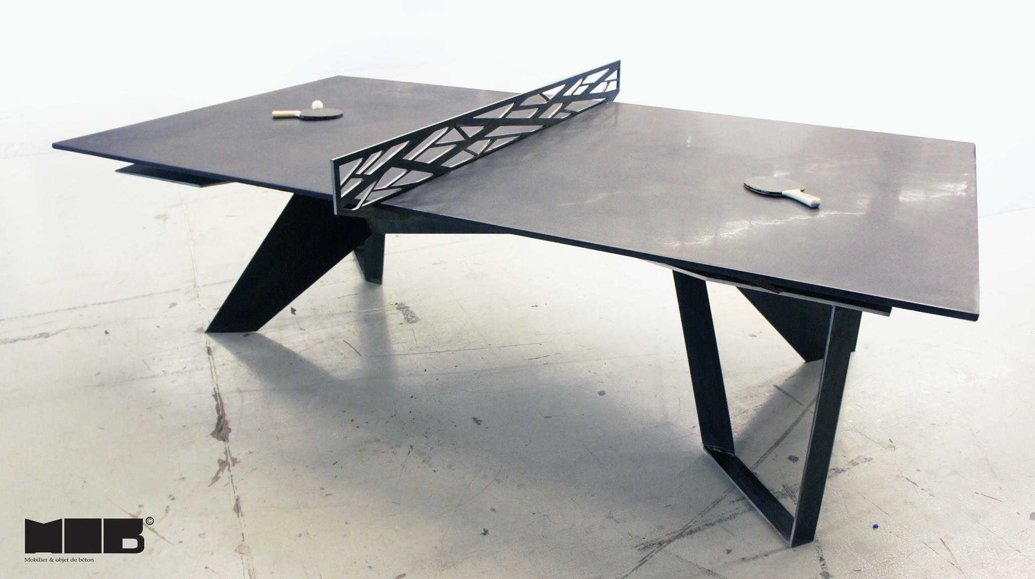 une table de ping pong en b ton noir et en acier faite par. Black Bedroom Furniture Sets. Home Design Ideas
