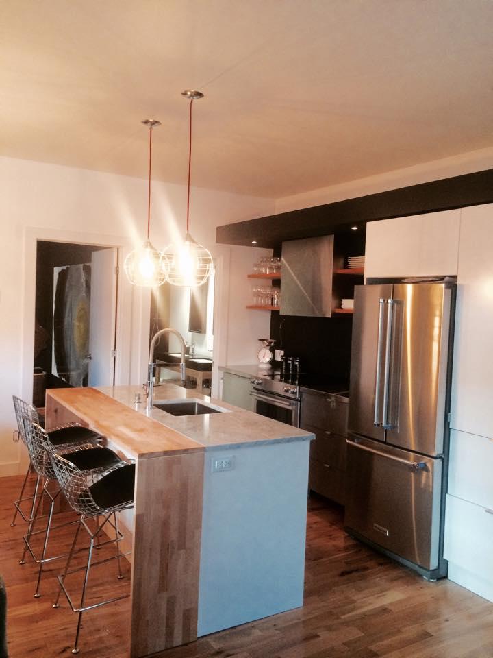 il transforme une petite imprimerie en mini maison pour y vivre dans le quartier st sauveur. Black Bedroom Furniture Sets. Home Design Ideas