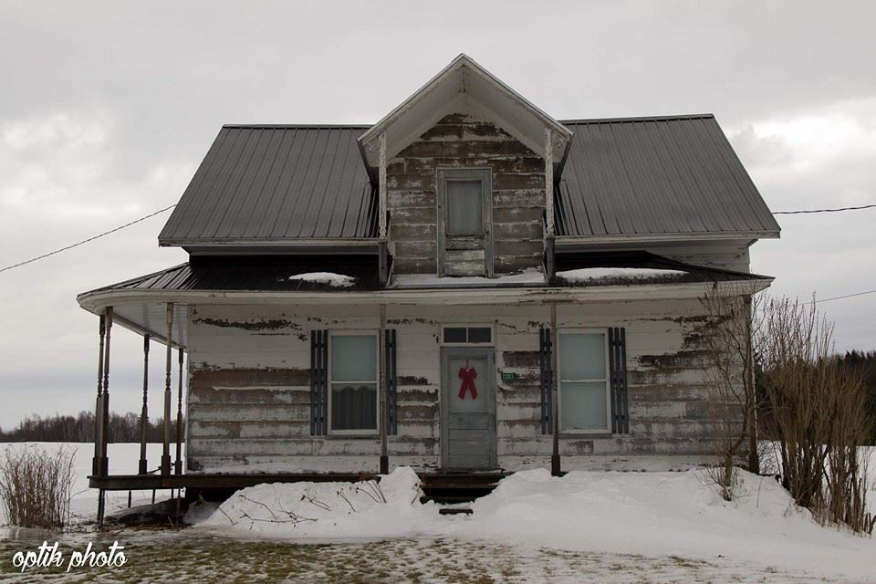 Une page facebook r pertorie les maisons abandonn es du for Architecture quebecoise