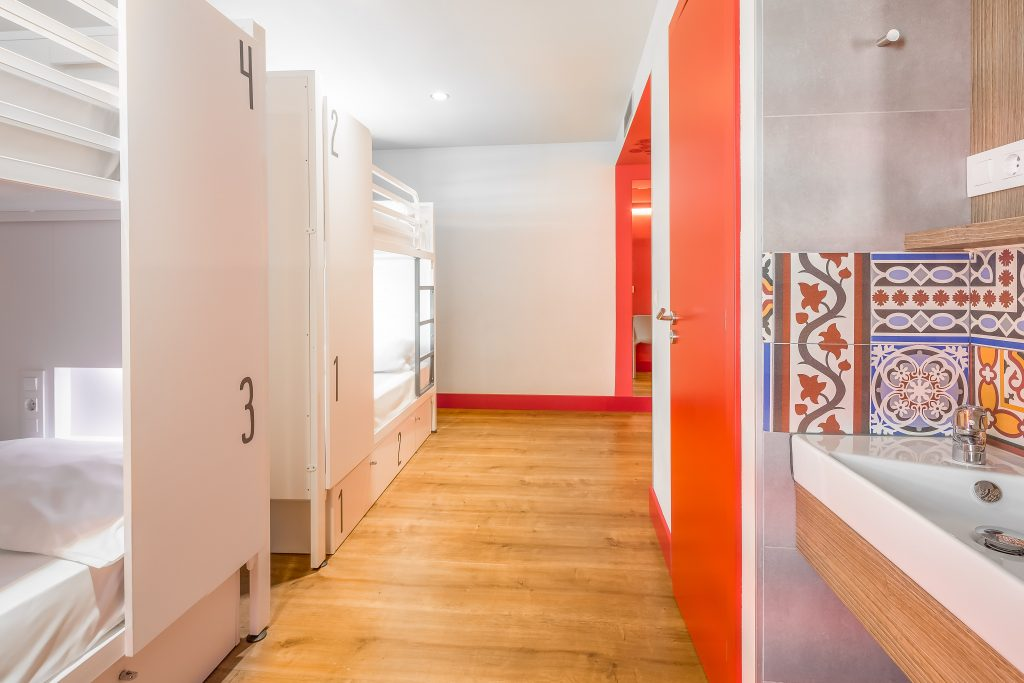 BCN_Rooms_red-door-tiles-beds-white_LR_Sinue-Serra_