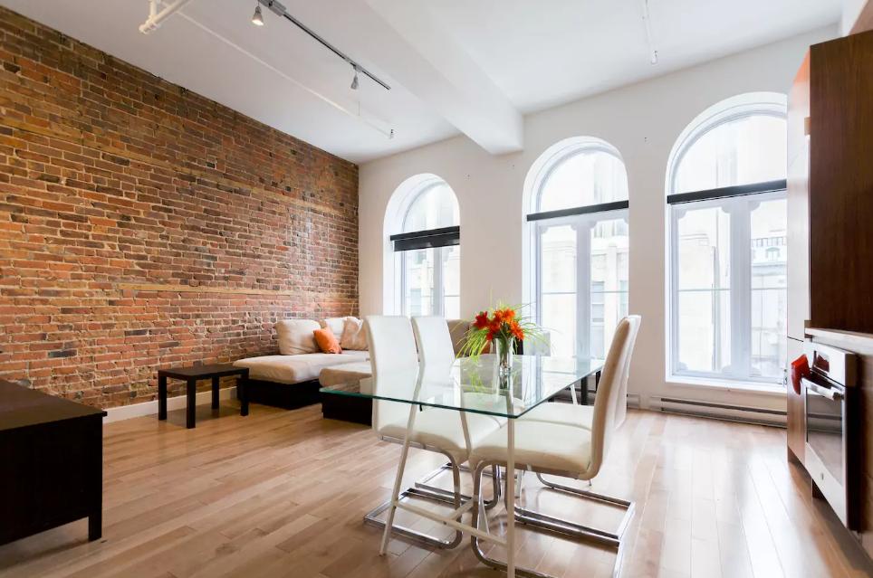 ce loft sur airbnb en plein c ur du vieux montr al vous donnera le go t de le louer d s demain. Black Bedroom Furniture Sets. Home Design Ideas