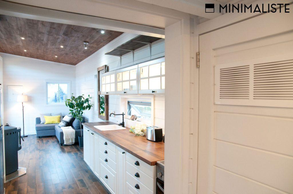 Le ch ne une jolie mini maison sur roues par l for Construire maison minimaliste
