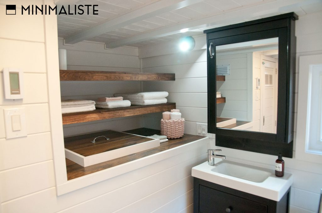 Le ch ne une jolie mini maison sur roues par l 39 entreprise qu b coise minimaliste joli joli Petite maison minimaliste
