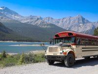 Ce couple québécois a retapé un autobus scolaire et est parti dans l'Ouest pour une durée indéterminée
