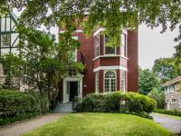 Cette jolie maison ancestrale en vente nous charme particulièrement par sa cour intérieure
